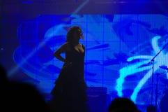 Блестящая певица на концерте кануна Новых Годов на Стоковое фото RF