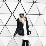 Блестящее белокурое положение на стене Городская чернота моды и w Стоковые Изображения RF