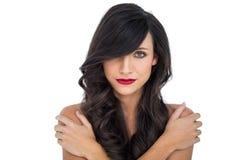 Блестящее брюнет представляя скрещивание подготовляет на ее плече Стоковая Фотография
