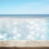 Блестящее море с деревянным столом Стоковое фото RF