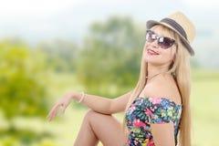 Блестящее платье молодой женщины вкратце с шляпой лета Стоковая Фотография
