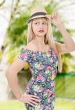 Блестящее платье молодой женщины вкратце с шляпой лета Стоковое Фото