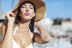 Блестящее posin девушки в солнце Стоковые Фото