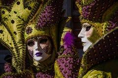 Блестящие и романтичные пары с костюмом и венецианская маска во время масленицы Венеции Стоковое фото RF