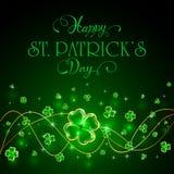 Блестящий клевер выходит на зеленую предпосылку дня Patricks Стоковая Фотография RF