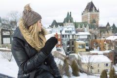 Блестящий портрет зимы девушки снаружи Стоковое Фото