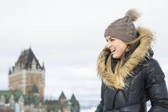 Блестящий портрет зимы девушки снаружи Стоковая Фотография RF