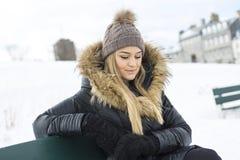 Блестящий портрет зимы девушки снаружи Стоковая Фотография