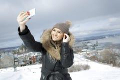 Блестящий портрет зимы девушки снаружи Стоковые Изображения RF