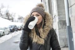 Блестящий портрет зимы девушки снаружи Стоковое фото RF