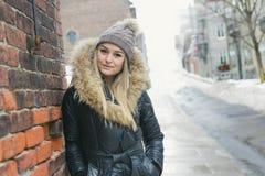Блестящий портрет зимы девушки снаружи Стоковые Фотографии RF