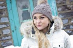Блестящий портрет зимы девушки снаружи Стоковые Фото