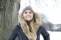 Блестящий портрет зимы девушки снаружи Стоковое Изображение