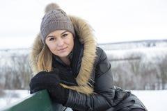 Блестящий портрет зимы девушки снаружи Стоковое Изображение RF