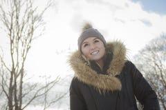 Блестящий портрет зимы девушки снаружи Стоковые Изображения