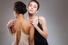 2 блестящих модели работая на эмоциональном photoshoot Стоковая Фотография RF