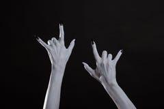 Бледные руки изверга показывая символ тяжелого метала Стоковое Изображение
