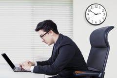 Ближневосточный бизнесмен работая с компьтер-книжкой Стоковые Изображения RF