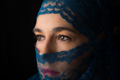 Ближневосточный портрет женщины смотря унылый с голубым художником hijab Стоковое Изображение