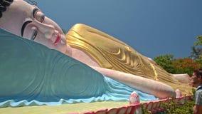 Близкая голова взгляда со стороны большого лежа Будды в парке виска сток-видео