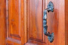 близкая ручка двери снятая вверх коричневая дверь деревянная Ручка двери алюминиева Стоковые Фотографии RF