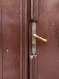 близкая ручка двери снятая вверх коричневая дверь деревянная Стоковые Изображения