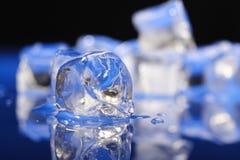 близкие кубики морозят вверх стоковые изображения