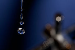 близкие падения поднимают воду стоковые изображения