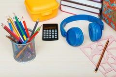 близкие поставкы школы транспортира компаса вверх Обучите рюкзак, книги, коробку сандвича, стойку для Стоковые Изображения RF