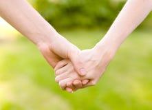 близкие руки пар задерживая Стоковые Фото