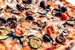 Близкий взгляд вегетарианской пиццы с заводом яичка, томатом, сыром Стоковые Фото