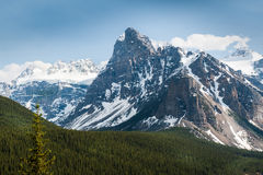 Близкий взгляд ледников окружая озеро морен стоковая фотография rf