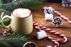 Близкий взгляд на кружке с деревянным столом горячего шоколада Стоковая Фотография