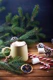 Близкий взгляд на кружке с деревянным столом горячего шоколада Стоковые Фото