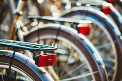 Близкий взгляд строки идентичных велосипедов для ренты на автостоянке велосипеда города Стоковая Фотография