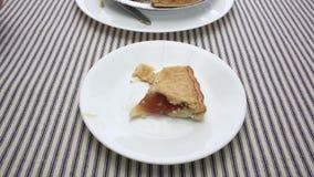 Близкий взгляд яблочного пирога еды человека сток-видео