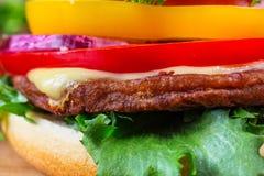 близкий гамбургер вверх Стоковые Изображения