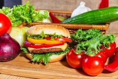 близкий гамбургер вверх Стоковые Фотографии RF