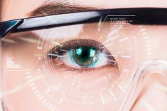 близкий глаз s вверх по женщине Высокие технологии в футуристическом : стоковые фотографии rf