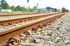 близкий день выравнивает следы железной дороги 2 вверх стоковое изображение rf