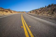 Близкий загиб асфальта в дороге Стоковые Фото