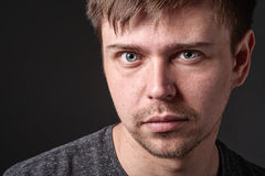 Близкий портрет вскользь молодого человека с светлой бородой Стоковое Фото