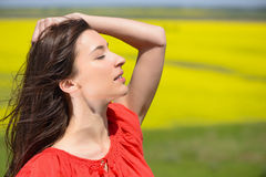 Близкий портрет красивой молодой женщины стоковое фото