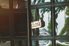 Близкий подпишите внутри концепцию двери магазина для магазина закрывает стоковая фотография