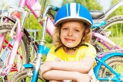 Близкий снимок девушки в голубом шлеме велосипеда Стоковые Фото