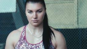 Близкий снимок стороны женщины спортсмена акции видеоматериалы