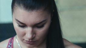 Близкий снимок стороны женщины спортсмена видеоматериал