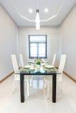 близкий cutlery обедая круглый стол комнаты стекел вверх Стоковое Фото