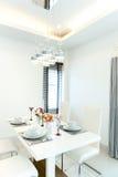 близкий cutlery обедая круглый стол комнаты стекел вверх Стоковая Фотография