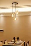 близкий cutlery обедая круглый стол комнаты стекел вверх Стоковые Фотографии RF
